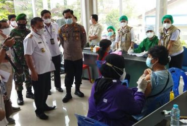Bupati Aron Buka Vaksinasi Massal di Sekadau